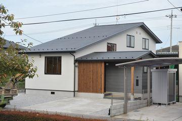 『縁側に座りほっこりの家』
